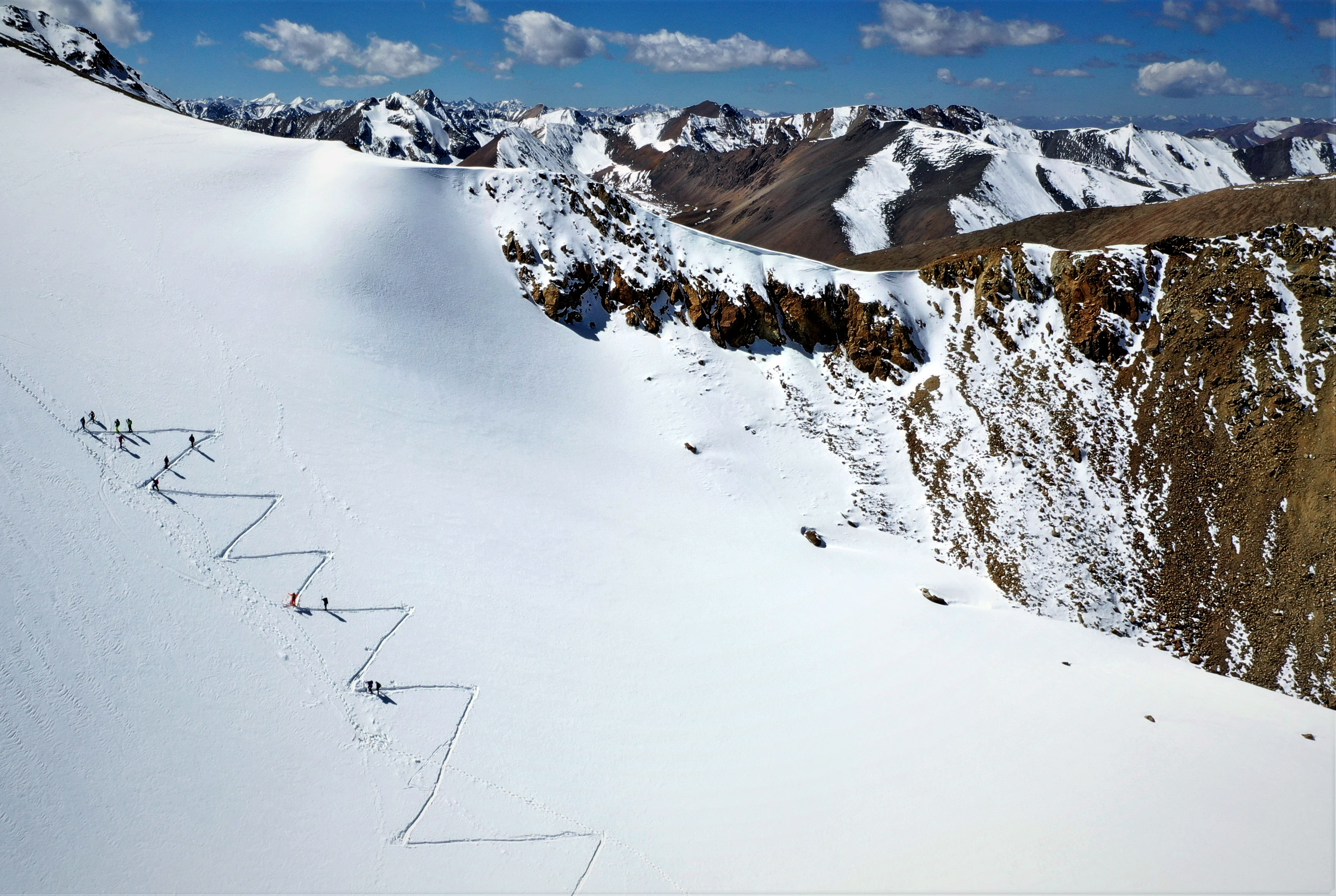 海军陆战队头�_滑雪爱好者在洛堆峰进行训练(10月15日无人机拍摄).